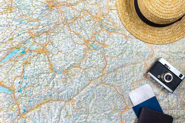 ヴィンテージカメラ、パスポート、サングラスを備えた道路の地図。上からの眺め。旅行の概念。スペースをコピーします。フラットレイ
