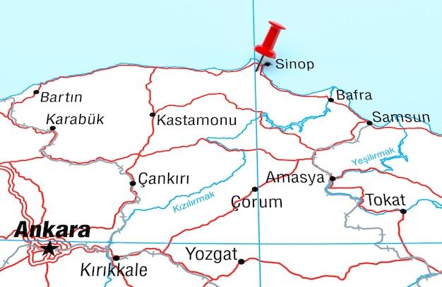 Red pin 3d 렌더링이 있는 sinop turkey를 보여주는 지도