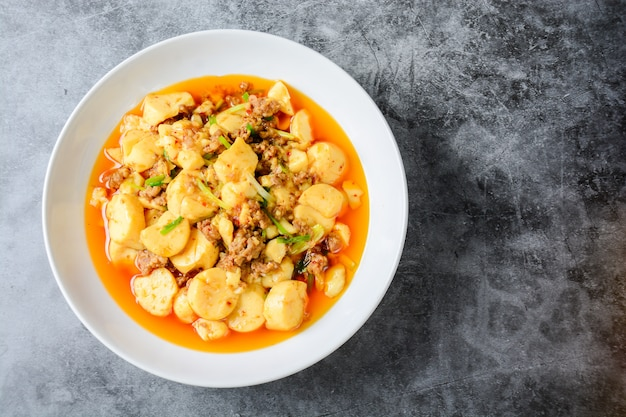 麻map豆腐、人気の中国料理、古典的なレシピは絹ごし豆腐で構成されています