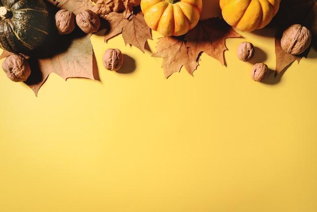 Кленовые листья, орех и тыква