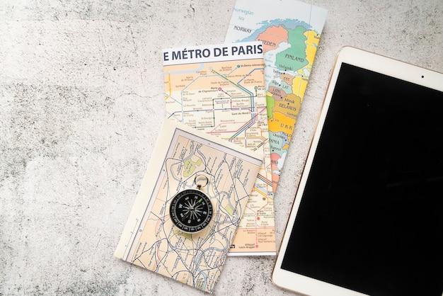 机の上の地図とタブレット