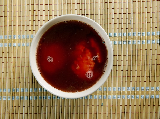 Marak kubbeh красный иракский еврейский суп из бургула, рубленого лука и баранины.