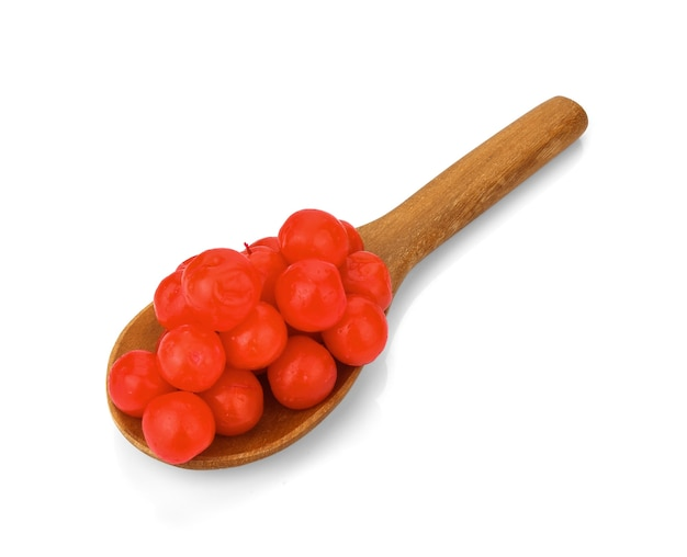 マラスキーノチェリーは、白い背景の上の木のスプーンで赤。