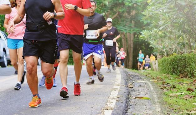 마라톤 달리기, 사람들이 도로에서 달리고 있습니다.
