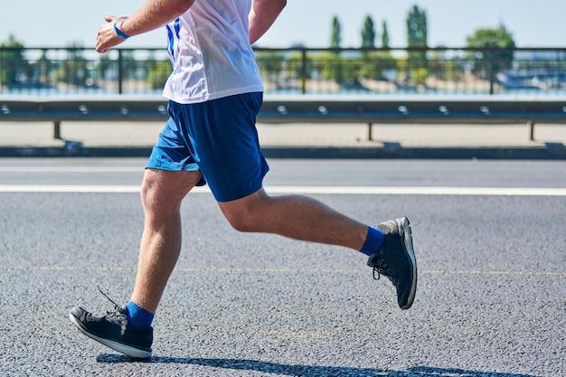 Марафонцы на городском дорожном спортивном мероприятии по фитнесу