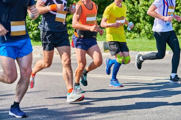 Марафонцы на городской дороге. соревнования по бегу