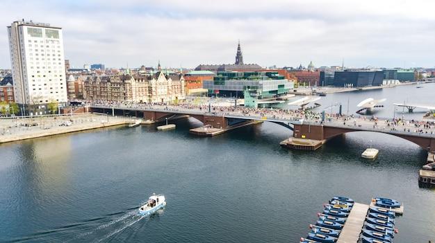 Марафон бега, вид с воздуха многих бегунов на мосту сверху, шоссейные гонки, спортивные соревнования, копенгагенский марафон, дания