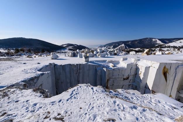 러시아 겨울 화창한 날에 버려진 buguldeyka 채석장의 대리석 블록