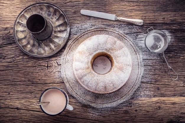 Мраморный торт. пасхальный торт. чашка мраморного торта сахарной пудры кофе и кухонной посуды винтажная.
