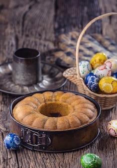 Мраморный торт. пасхальный торт. мраморный торт чашка кофейной пудры, сахара, кухонная винтажная утварь и пасхальные яйца.