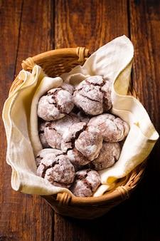 바구니에 가루 설탕을 뿌린 대리석 쿠키 프리미엄 사진
