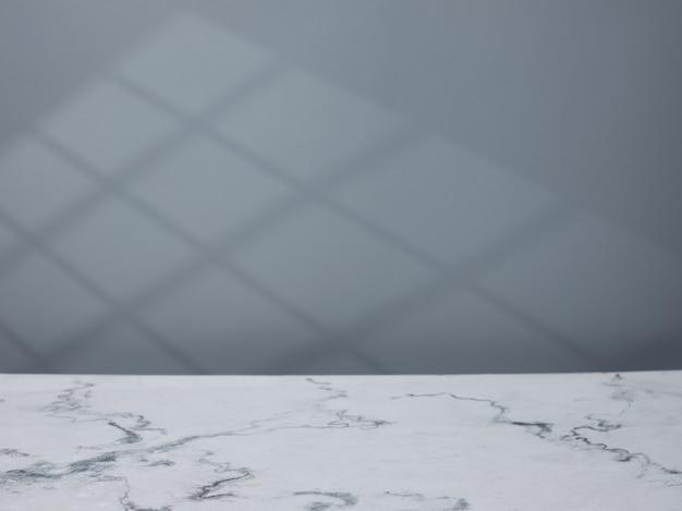 제품 프레젠테이션을 위한 대리석 조리대 및 벽면의 창 조명