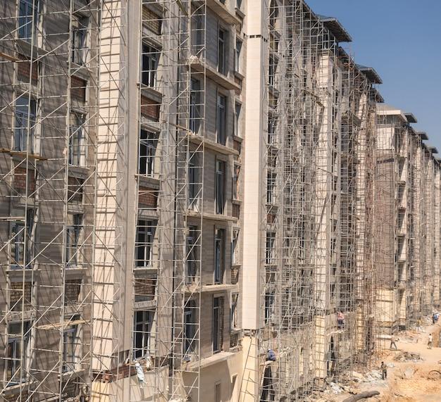 높은 건물의 정면에 대리석 마감 작업