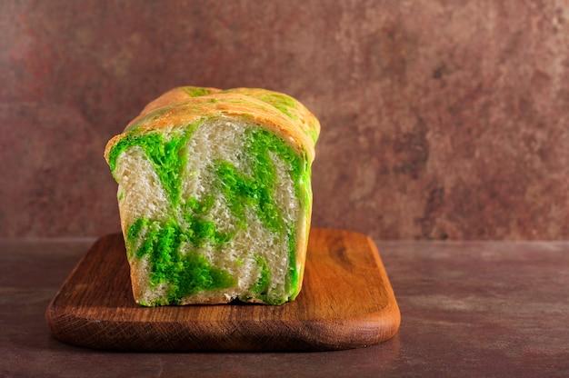 Буханка хлеба из мраморного зеленого чая матча