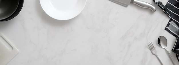 大理石のキッチンカウンター、台所用品、銀器、エプロン、銀のナイフ、まな板、コピースペース