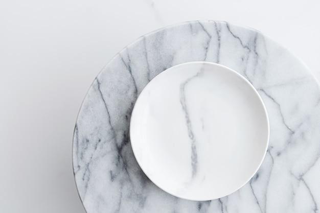 Мраморная плита в качестве фона, плоской планировки еды и концепции меню