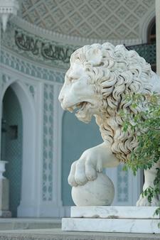 Alupka, 크리미아, 러시아의 vorontsov 궁전에서 공을 가진 사자의 대리석 조각.