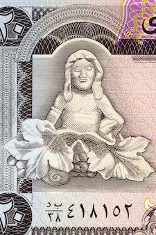 예멘 돈에서 포도와 착석 인물의 대리석 조각