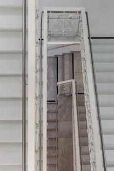 호텔의 스테인레스 스틸 난간이있는 대리석 계단.