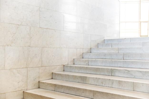 추상적인 고급 건축의 계단이 있는 대리석 계단