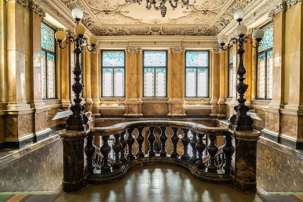 성의 대리석 계단과 복도. 대리석으로 장식된 대형 빈티지 빈티지 복고 홀. 골동품 궁전에서 대리석으로 만든 고급 계단
