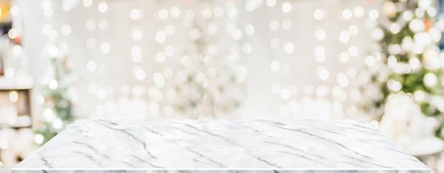 Bokeh 빛으로 거실에서 크리스마스 장식과 대리석 테이블 흐림