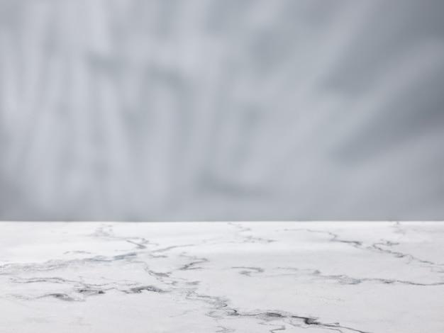 배경에 회색 벽이 있는 대리석 테이블