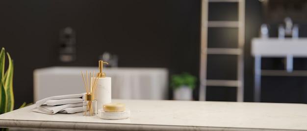 Мраморная столешница с мылом, керамическая бутылка шампуня, полотенца и пустое пространство для демонстрации продукта над роскошной черной ванной на заднем плане, 3d-рендеринг, 3d-иллюстрация