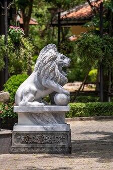 ベトナムのトロピカルガーデンの屋外公園にある大理石のホワイトライオン像。閉じる