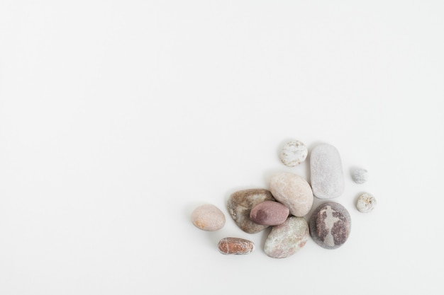 마음 챙김 개념에서 흰색 배경에 쌓인 대리석 선 돌
