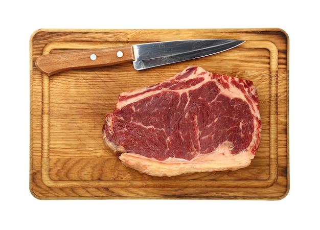 칼으로 나무 커팅 보드에 차 돌 박이 원시 ribeye 쇠고기 스테이크