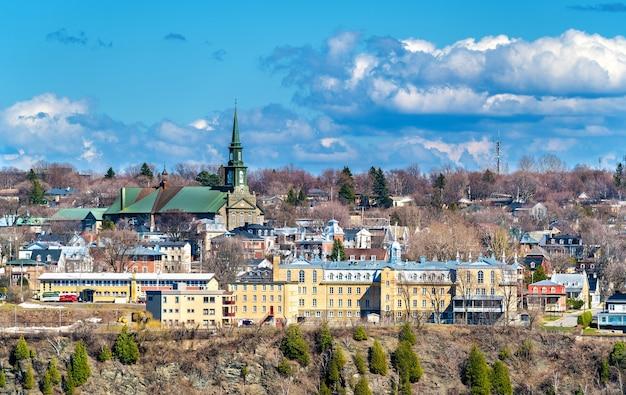 カナダ、ケベックシティ近郊のリーバイスにあるマルセルマレットスクールとノートルダムドラヴィクトワール教会