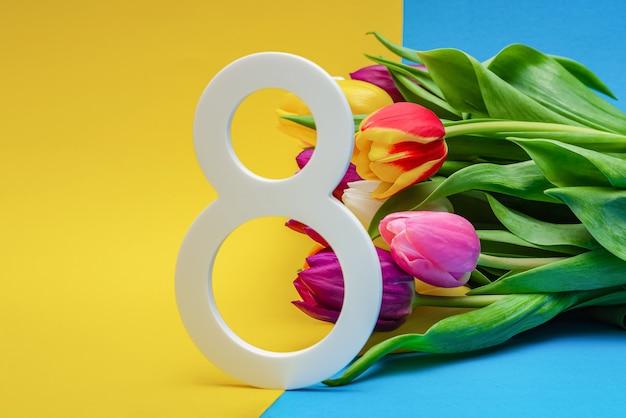 8 марта, поздравления, международный женский день. цветы на красочном фоне, место для текста. подходит для рекламы, открыток, поздравлений. копировать пространство