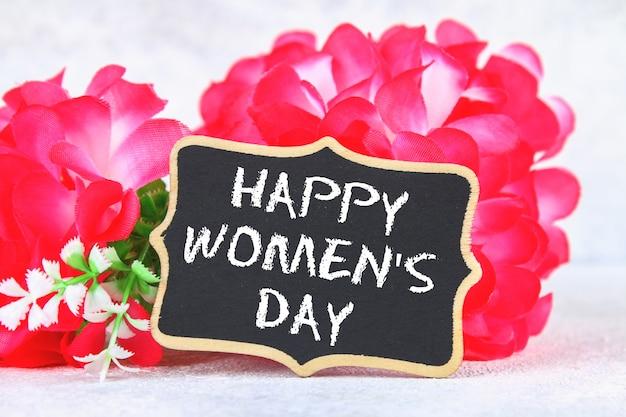 3 월 8 일, 국제 여성의 날. 핑크 꽃과 칠판입니다.