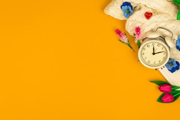 8 марта желтый фон, весенние праздники, декоративные цветы, рабочее место или рабочее место, плоский стол и фото стола