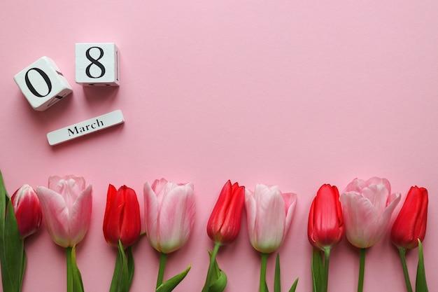 3月とピンクの背景に美しいチューリップの花
