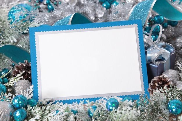 Marco azul con adornos de navidad