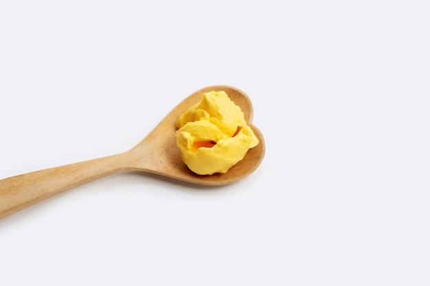白い背景の上のマーガリンチーズバター。