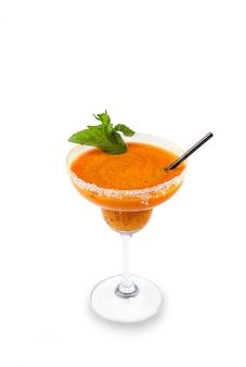 マルガリータカクテルテキーラ、オレンジシロップ、新鮮なミント、ライムスパイラル、白で隔離されるカクテルグラスに砕いた氷で冷やした塩縁ガラスの赤いイチゴまたはラズベリー