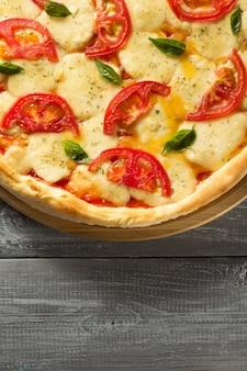 나무 테이블에 마가리타 피자