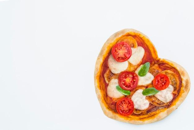 ハートの形をしたマルゲリータピザ