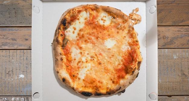 나무 피자 가게 테이블에 마르게리타 피자