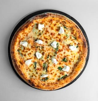 Пицца маргарита с сыром базилик и моцареллой