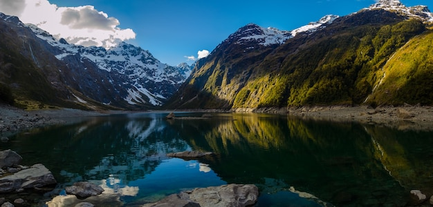 Озеро мэриан в горном хребте дарран в новой зеландии
