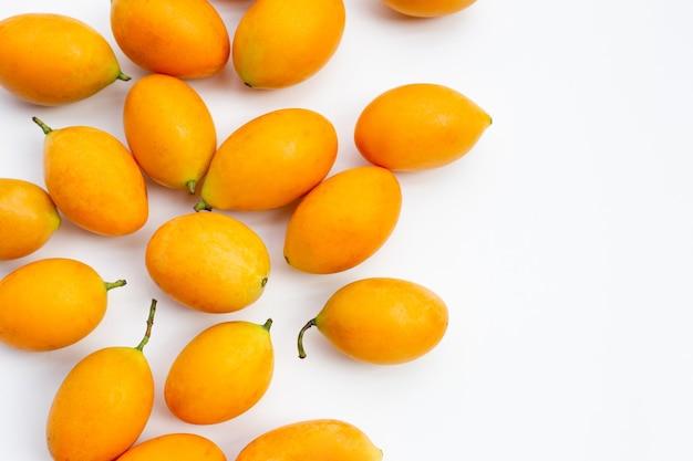 마리안 매실 열매는 흰색 배경에 고립