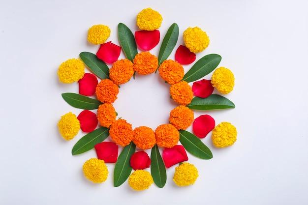 ディワリ祭、インディアンフェスティバルの花飾りのマリーゴールドの花rangoliデザイン