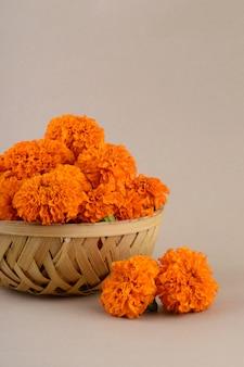 Цветы календулы (zendu flowers) в бамбуковой корзине