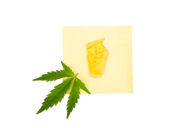 마리화나 수지 농축액, 노란색 호박색 대마초 왁스는 흰색 배경에 격리되어 있습니다.