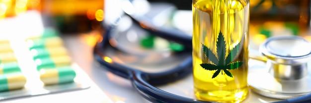 マリファナ聴診器の油の丸薬はテーブルの上
