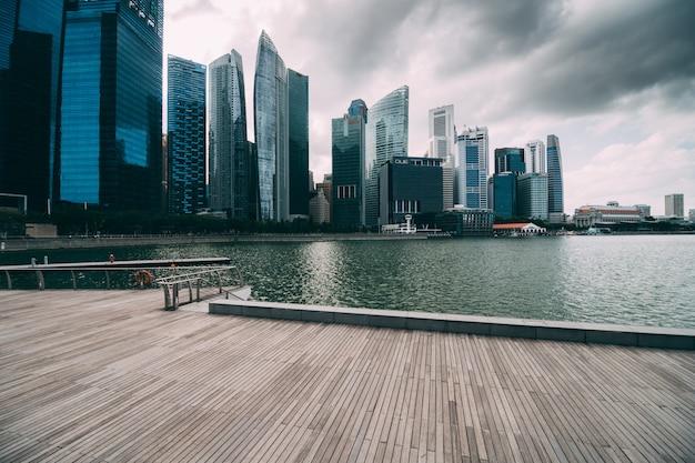 Марина бэй и финансовый район с офисным зданием небоскребов